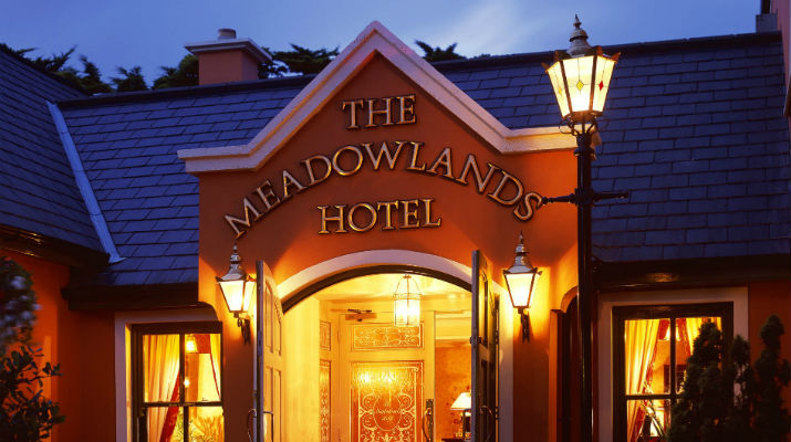 Meadowlands-hotel_entrance_night
